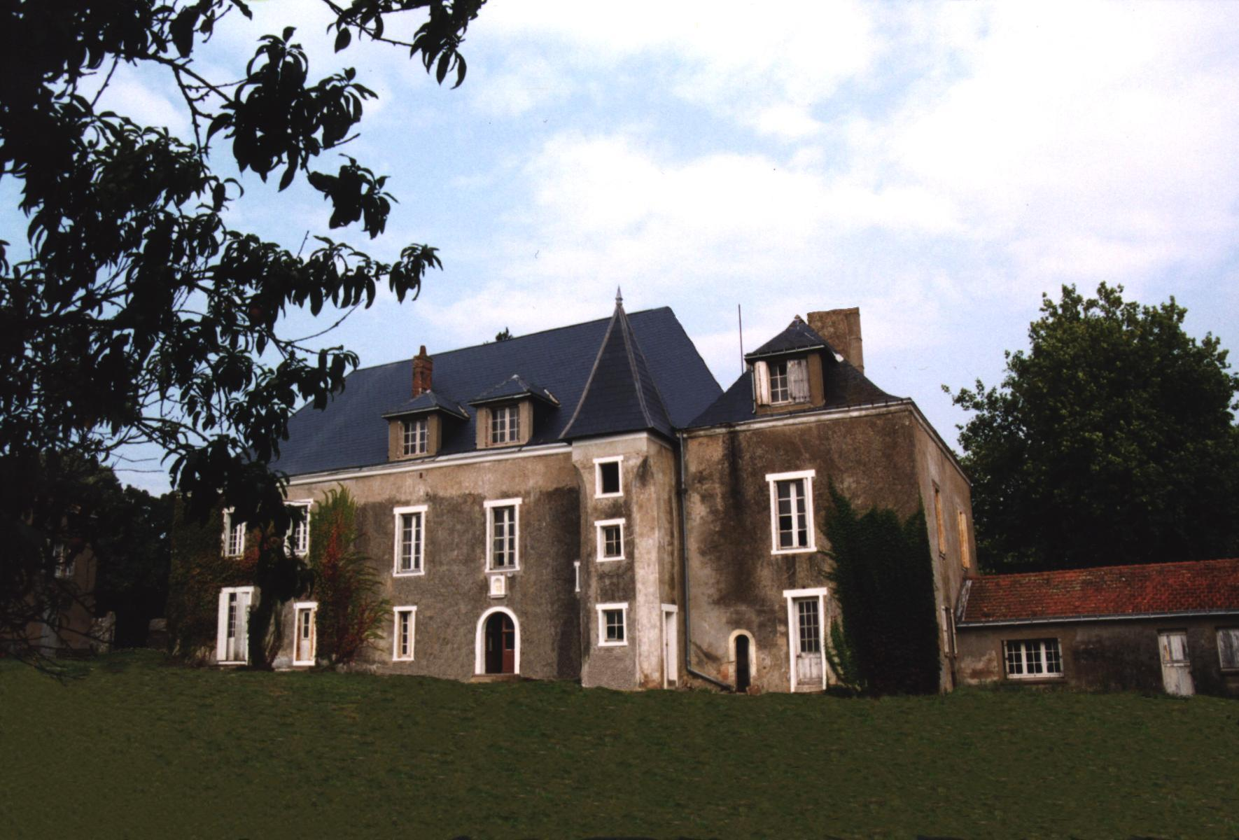 Chateau Le Pe Au Midy in St Viaud