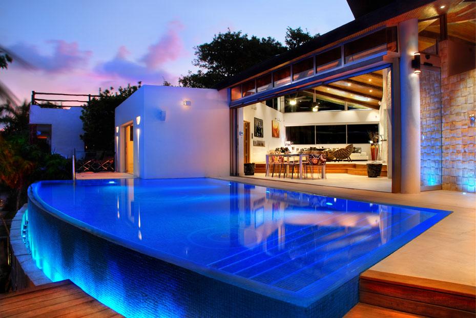 Luxury villa steps from Playacar F.1's beach