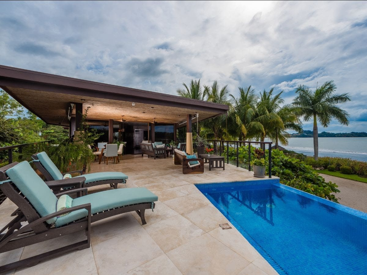 Costa Rica – Playa Potrero , Surf Side